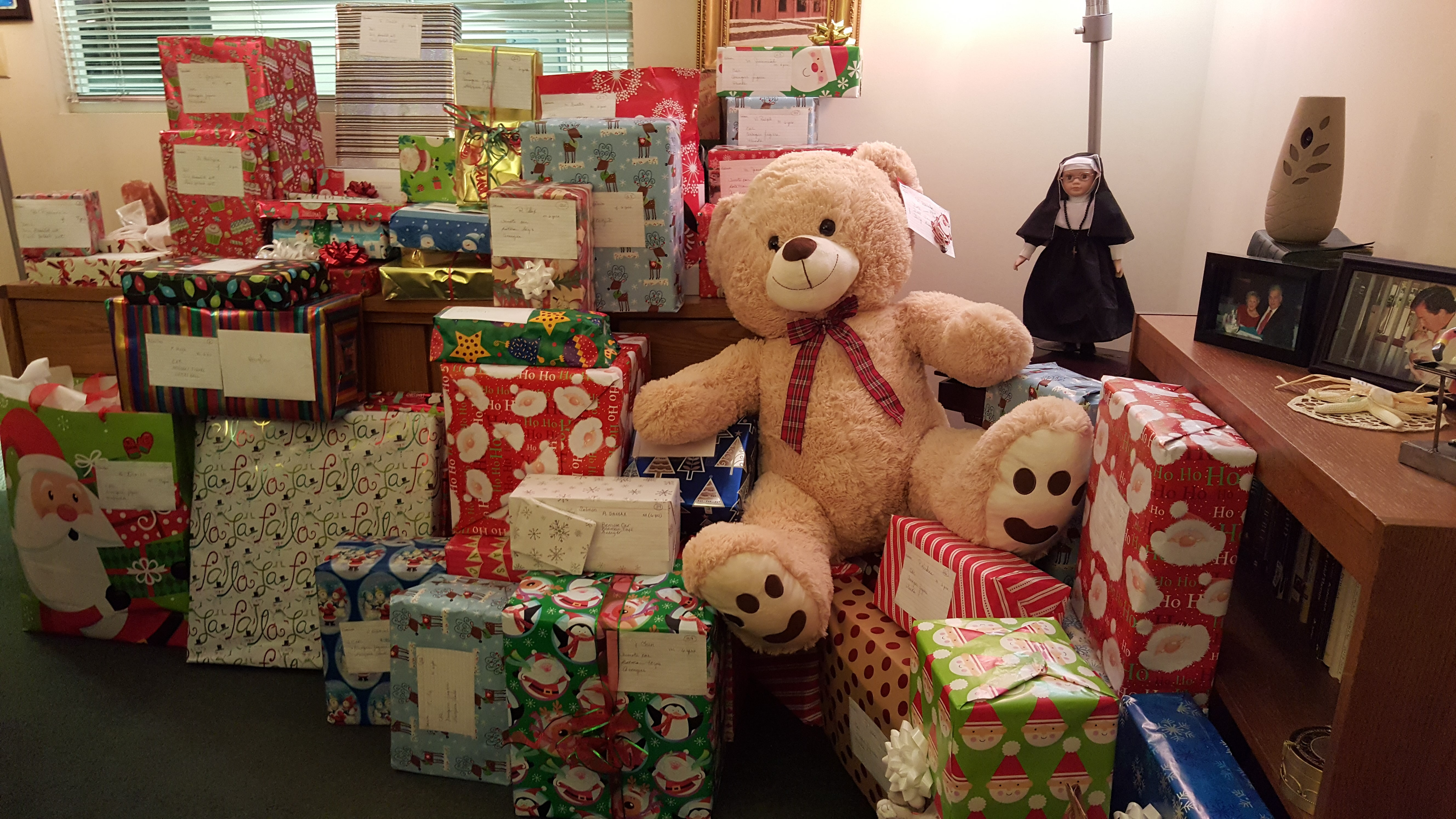 The Office of the Chancellor Participates in Miracle Gift Donation